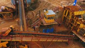 继续前进自动传送带的沙子寄生虫视图 工业采矿传动机 影视素材