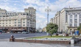 继续前进莫斯科的街道居民和汽车 库存图片