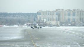 继续前进跑道的不同的航空公司航空器在伏努科沃机场 影视素材