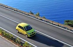 继续前进路的黄色汽车 库存图片