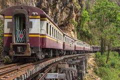 继续前进铁路第二次世界大战的死亡乘客泰国火车在tham krasae火车站河kwai 免版税库存照片
