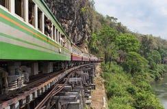 继续前进铁路第二次世界大战的死亡乘客泰国火车在tham krasae火车站泰国之间 免版税库存图片