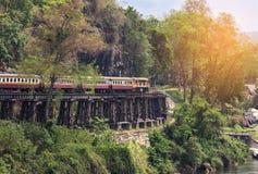 继续前进铁路第二次世界大战的死亡泰国火车在tham krasae火车站kanchanaburi泰国之间 免版税库存图片