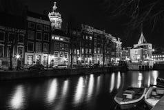 继续前进阿姆斯特丹的夜运河巡航小船黑白的照片在阿姆斯特丹,荷兰 库存图片