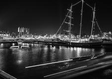 继续前进阿姆斯特丹的夜运河巡航小船黑白的照片在阿姆斯特丹,荷兰 免版税图库摄影