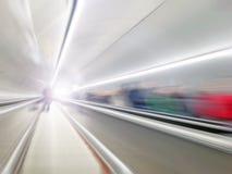继续前进隧道的抽象自动扶梯有人的 免版税库存照片