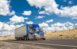 继续前进高速公路的蓝色卡车 免版税图库摄影