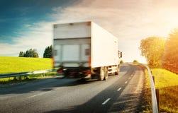 继续前进晴朗的晚上的卡车 库存图片