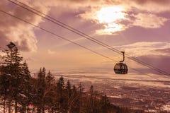 继续前进滑雪电缆车的客舱 免版税库存照片