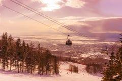 继续前进滑雪电缆车的客舱 免版税库存图片