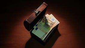 前金钱消失 破产 通货膨胀 危机绘制下降的财务费率 欧洲50张的钞票 股票录像