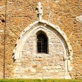 前门在被加强的中世纪教会里在村庄Malancrav,特兰西瓦尼亚 库存照片