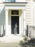 前门被恢复的英王乔治一世至三世时期房子 免版税库存照片