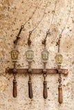 前门铃17世纪窗口敲门人 免版税库存照片
