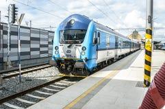 前面关闭一列蓝色和白色火车第80-30 034-0 免版税库存图片