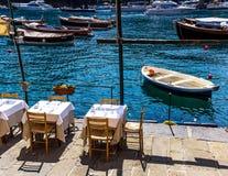 水前面咖啡馆 免版税图库摄影
