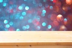 前面土气桌和colorfull bokeh的图象点燃背景 免版税库存照片