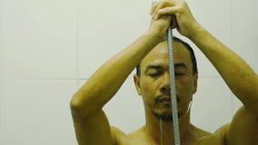 前面在手中面对亚裔从阵雨的人湿水在卫生间内 影视素材