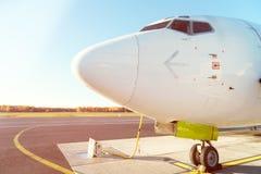 前面外形和大型飞机驾驶舱窗口  免版税库存照片