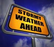 前面多暴风雨的天气路标显示风暴警告或危险 免版税库存照片