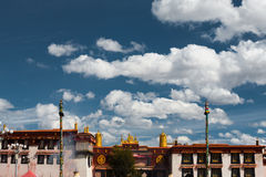 前面大昭寺寺庙蓝天拉萨西藏 免版税库存照片