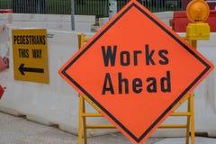 前面工作签到在建造场所前面的红色金属板架子 库存图片