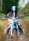 前面摩托车加速 免版税库存照片