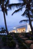 前面的一个美丽的庭院别墅 免版税库存图片