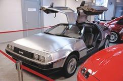 从前面的DeLorean DMC-12与鸥翼门打开 免版税库存图片