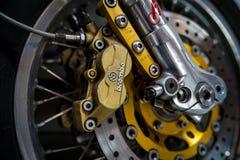 前面盘式制动器种族自行车Moto Guzzi,特写镜头BREMBO  图库摄影