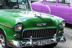 前面绿色19502雪佛兰贝莱尔在古巴 库存图片