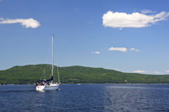 前面蓝色champlain湖航行天空 免版税库存照片