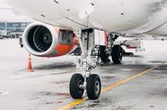 前面起落架和引擎飞机停车处在机场 免版税库存图片