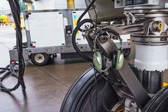 前面起落架和轮子橡胶轮胎用耳机设备通信的与驾驶舱 库存照片