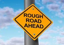 前面路粗砺的符号街道 免版税库存照片