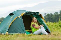 前面阵营帐篷的游人 库存照片