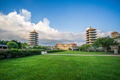 前面霍尔和八座塔的看法佛光山菩萨寺庙的 美好和平安的情景 库存照片