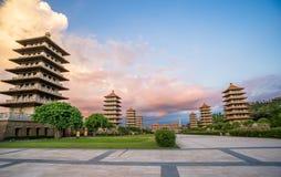 前面霍尔和八座塔的看法佛光山菩萨寺庙的 美好和平安的情景 图库摄影