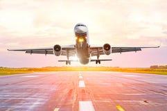 从前面驾驶舱机体的飞机视图在日落在机场 免版税库存图片