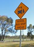 前面黑和黄色校车中止标志 库存图片