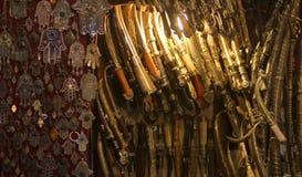 剑和护身符刀子在这间典型的工艺品购物 图库摄影