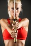 剑在一名美丽的妇女的手上 免版税库存照片