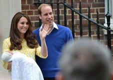 剑桥公爵夫人公爵新出生的小公主 免版税库存图片