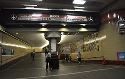 剑桥麻省, 6月30日:红线从剑桥的地铁站乐团内部街市在Massachusettes国家的美国 免版税库存图片
