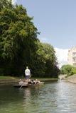 剑桥,英国- 8月18日:专业船夫在繁忙的康河 免版税库存图片
