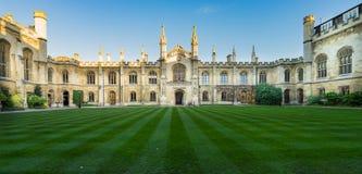 剑桥,英国- 2016年11月25日:科珀斯克里斯蒂学院的庭院,是其中一所古老学院在加州大学  免版税库存照片