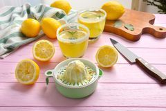 剥削者和杯柠檬汁 免版税图库摄影