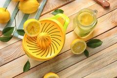 剥削者和柠檬汁在金属螺盖玻璃瓶 免版税库存图片