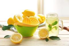 剥削者和柠檬汁在金属螺盖玻璃瓶 免版税库存照片