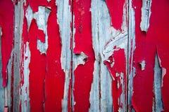 剥在变成银色的木头的红色油漆 免版税库存照片